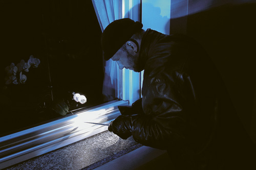 AHOPPE Einbrecher an Fenster